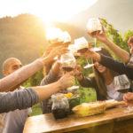 Winobranie 2018 - Zielona Góra - przyjaciele piją wino