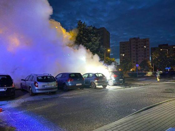 Podpalenie aut przy ul. Wyszyńskiego w Zielonej Górze. Zdjęcia i wideo